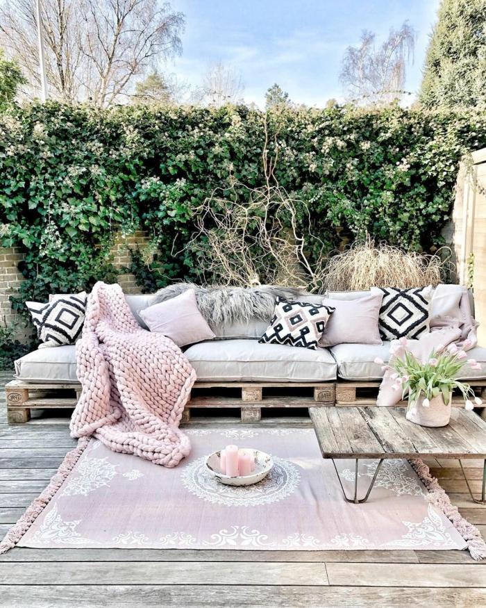 Sichtschutz Pflanzen Garten, originelle Upcycling Ideen, Sofa aus alten Kisten, Einrichtung Terrasse modern