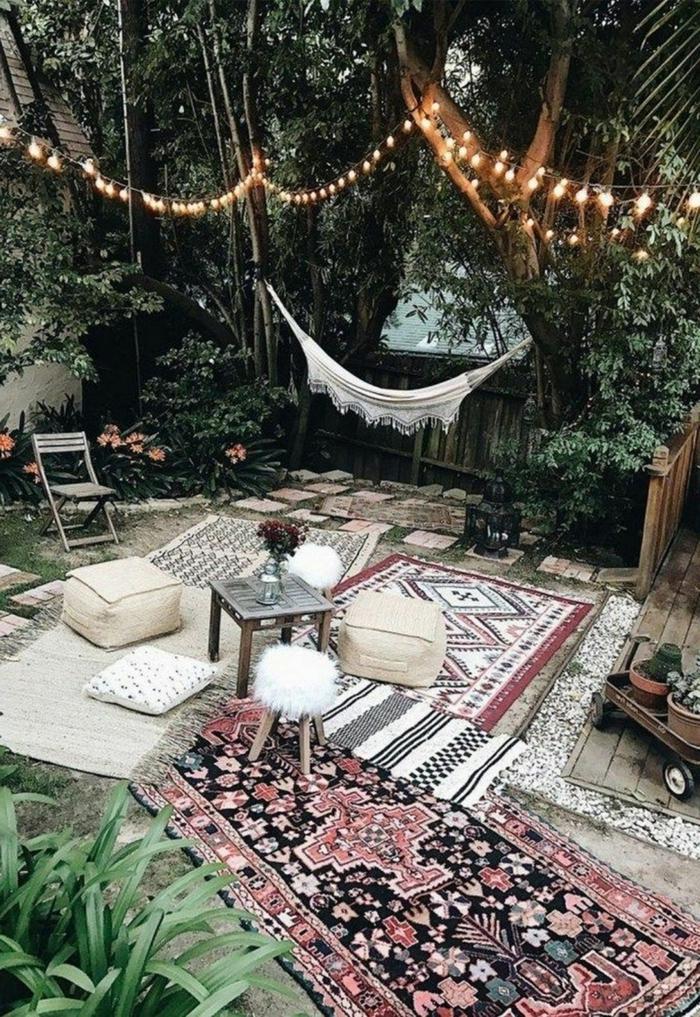 Einrichtung vom Garten im bohemischen Stil mit Teppiche und Hängematte, Sichtschutz zum Nachbarn Ideen