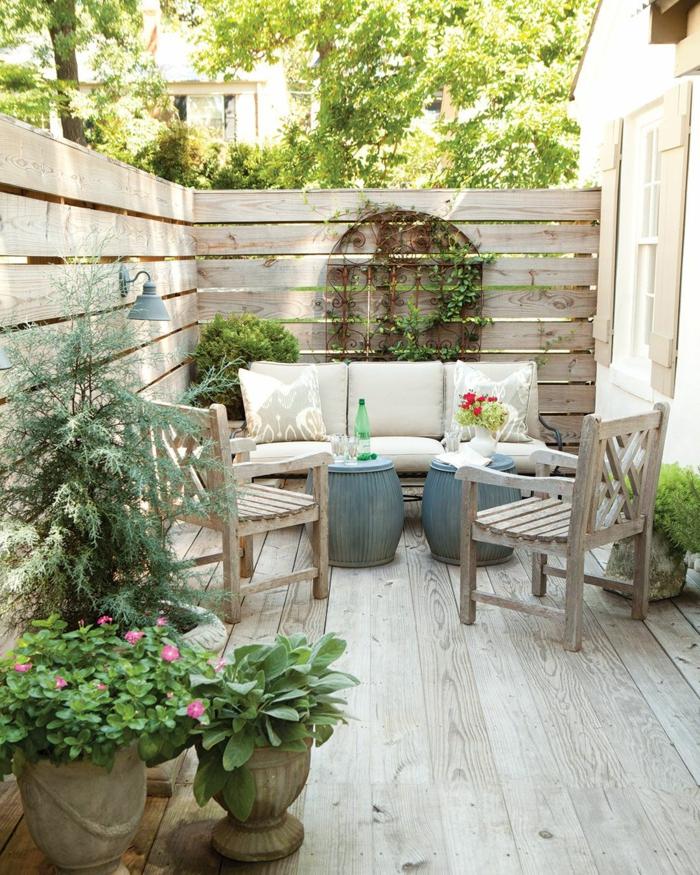 Gartenzaun Sichtschutz Terrasse Holz, kleinen Hinterhof einrichten minimalistisch und schlicht, moderne Gartenmöbel aus Holz