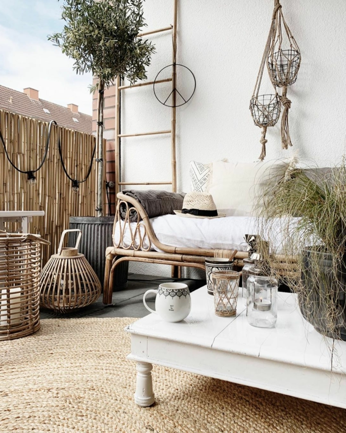 Minimalistische Einrichtung eines Hinterhofes im bohemischen Stil, Zaunideen aus Bambus für die Terrasse
