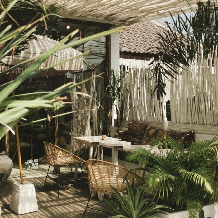 Außeneinrichtung im bohemischen Stil, originelle Zaunideen aus Bambus, Dekoration mit vielen Pflanzen, Sichtschutz Garten Ideen selber machen