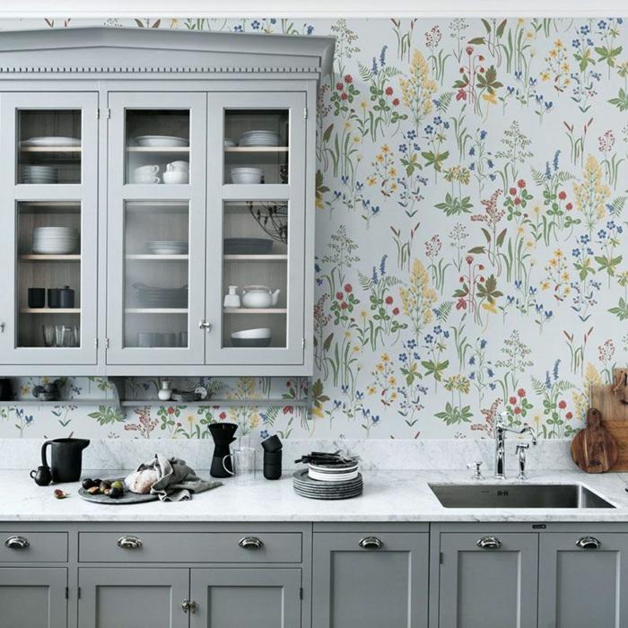 graue Küchenschränke, Einrichtung im Landhaus Stil, Tapeten für die Küche mit abgebildeten bunten Blumen