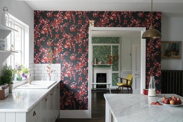 große Küche mit Fenster, weiße Küchenschränke und Theke, Wandgestaltung Küche mit schwarzer Tapete mit roten Blumen