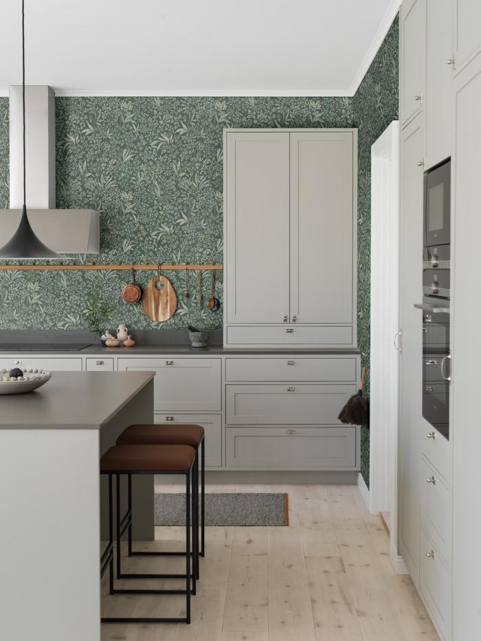 Minimalistische Inneneinrichtung, Tapete Küche Landhaus grün mit floralem Muster, grau weiße