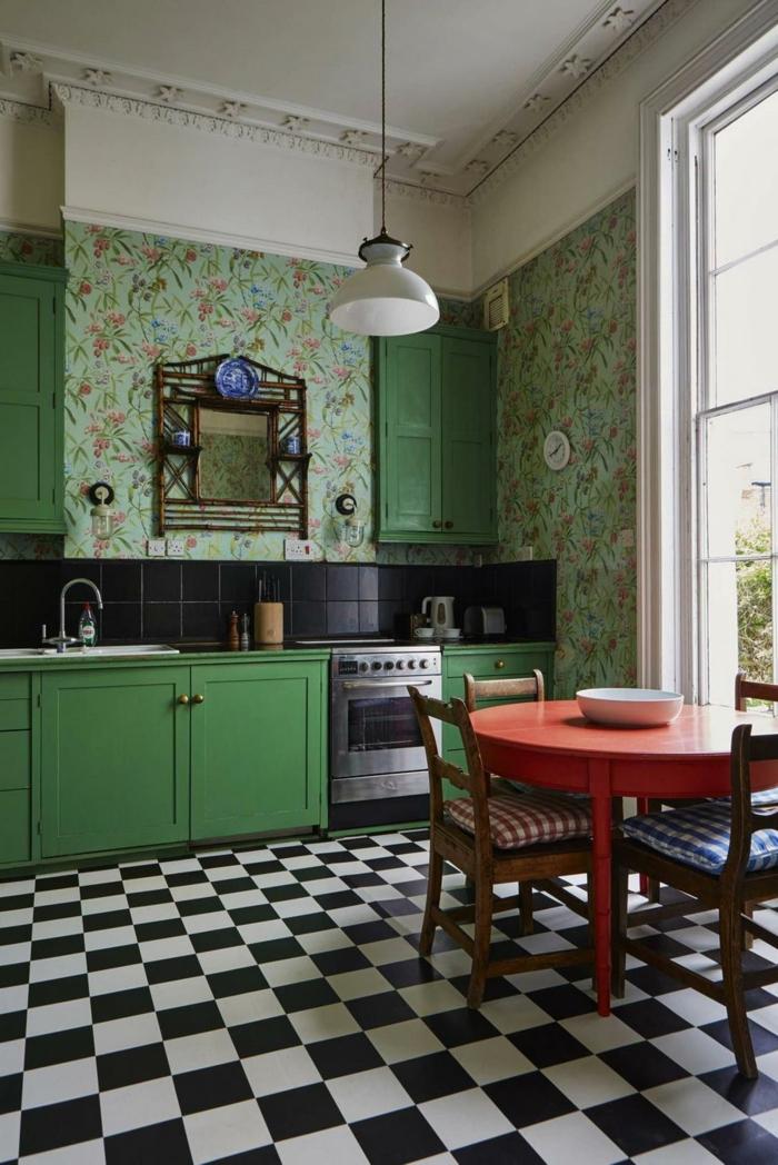 schwarz weiße Bodenfliesen, grüne Küchenschränke und schwarze Fliesen an die Wand, Küchentapete mit floralem Muster