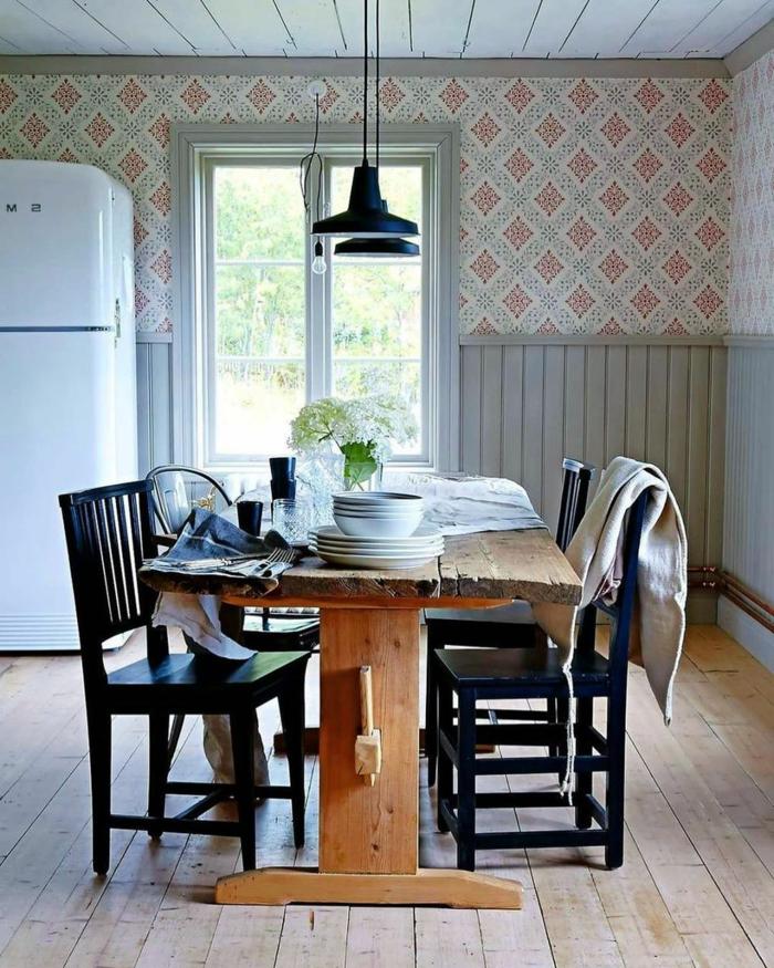 Ausstattung mit großem Tisch aus Holz, schwarze Stühle, weißer Kühlschrank, Tapete Küche Landhaus