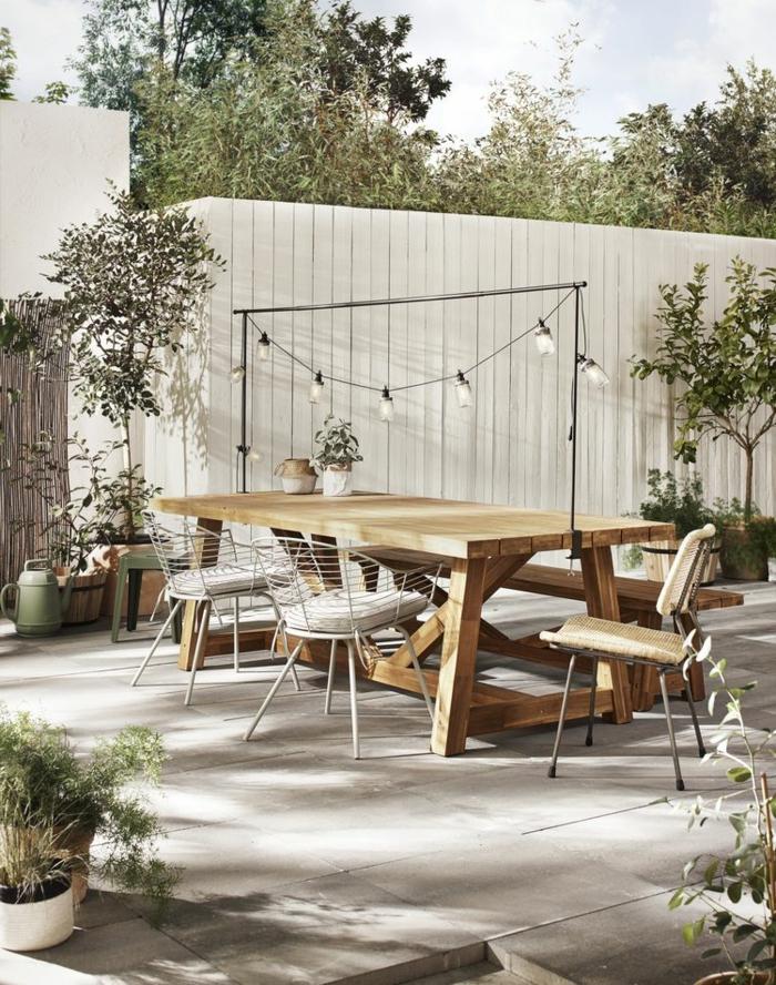 Gartengestaltung Sichtschutz Beispiele, Gartenzaun in weiß aus Holz, Holztisch mit Stühlen, kleine Bäume