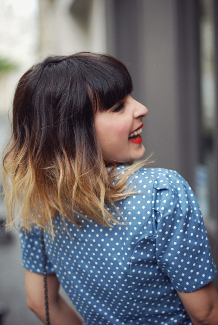 Ombre Haare, blaues Polka Dot kleid, Frisuren 2020 Frauen Bob, Street Style Inspiration,