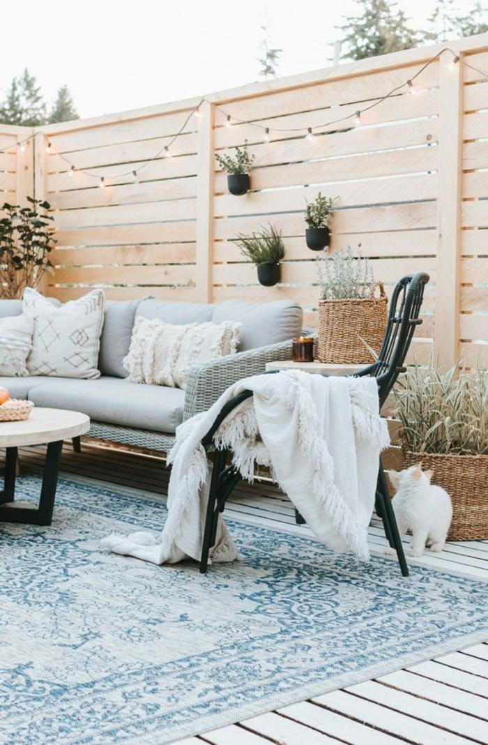 Gartenzaun Ideen Bilder mit Leuchten und kleinen Pflanzer, Sichtschutz Garten Ideen, blauer Teppich