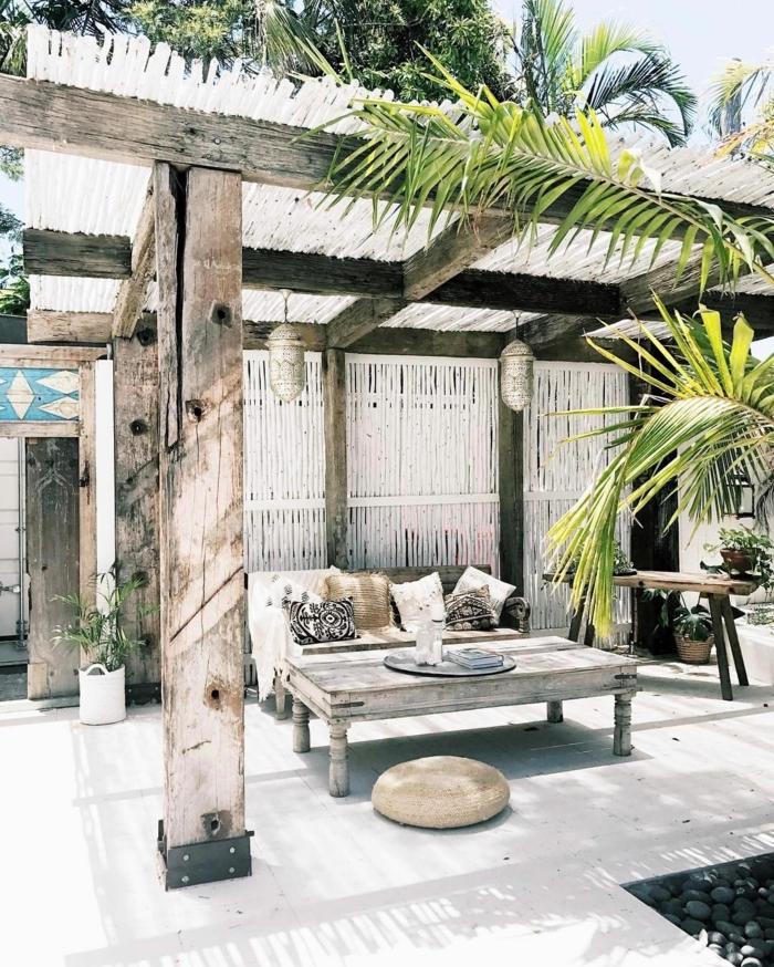 weißer Gartenzaun und Schutzdach aus Bambus, Außeneinrichtung im bohemischen Stil, Terrassen Ideen Bilder