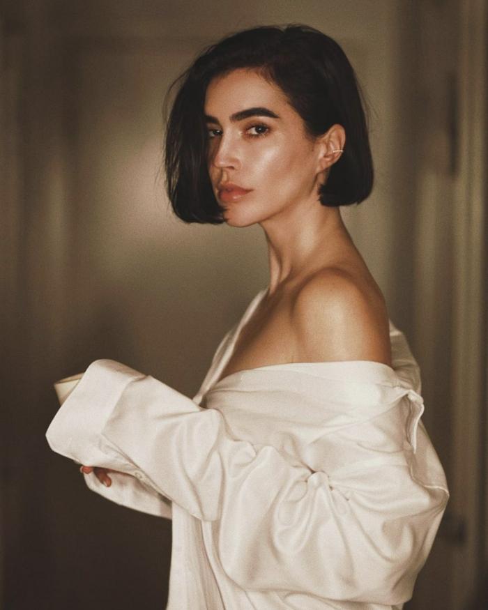 Brittany Xavier, XXL Hemd in weiß, minimalistisches Styling, Frau mit schwarzen Haaren, Kurzhaarfrisuren 2020 Damen, Bob Frisuren