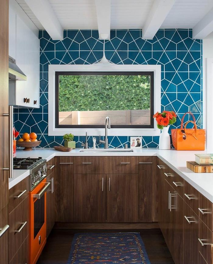 blaue Küchentapeten mit fliesen Effekt, Schränke aus Holz, kleine Küche mit großem Fenster