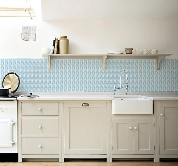 minimalistische Ausstattung mit weißen Schränken Küche, blaue Küchentapeten ganz aktuell