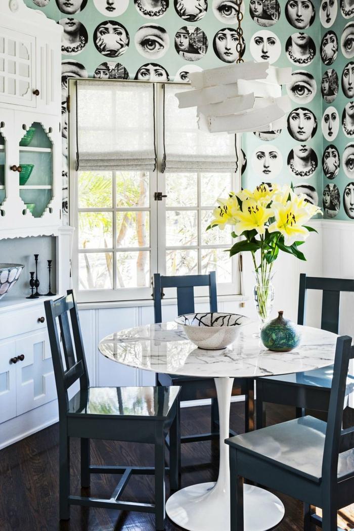Esszimmer und Küche mit großem Fenster, gelbe Blumen in Vase, blaue Stühle, Küchen Tapeten Ideen mit Gesichter