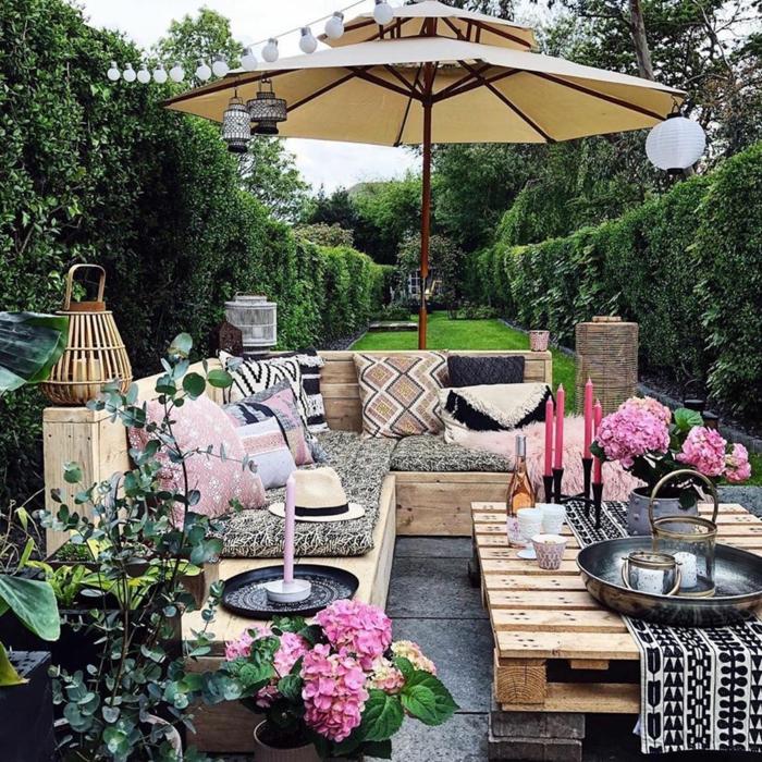Upcyclinng Ideen, Ecksofa und Tisch aus alten Holzkisten, großer Sonnenschirm und kleine Leuchten, Sichtschutz zum Nachbarn Ideen