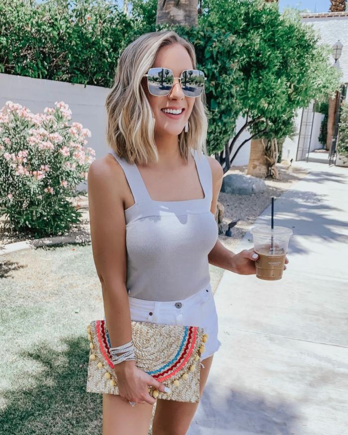 stylisches Sommer Outfit, weiße Jeans Shorts und Top, große Sonnenbrillen, Dame mit blonden Haaren, Frisuren 2020 Frauen Bob