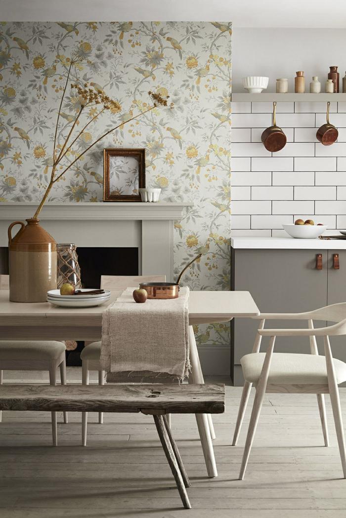 Inneneinrichtung im skandinavischen Stil, weiße Fliesen, Tapete Esszimmer mit Blumenmuster, großer Tisch mit Bank
