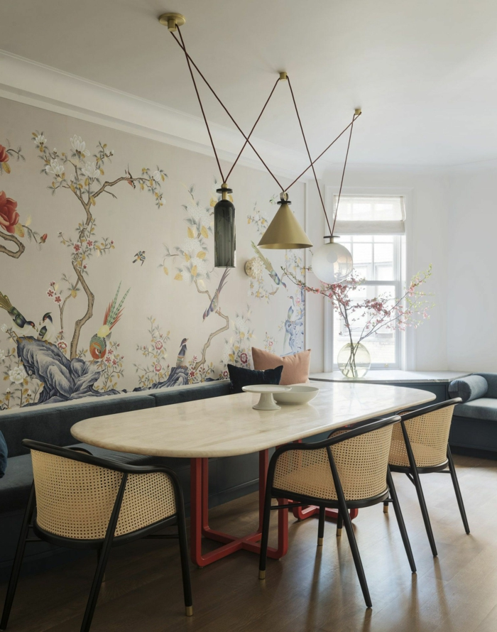Wandgestaltung Küche Beispiele, Tapete mit floralem Muster, großer Tisch aus Marmor, blaue Sessel