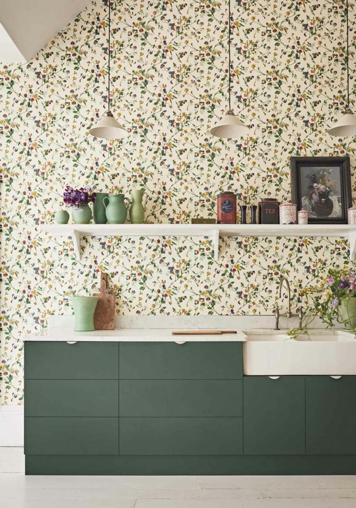 moderner grüner Küchenschrank, ein Regal mit Kannen und Dosen, Küchenwände gestalten mit Tapeten mit Blumen