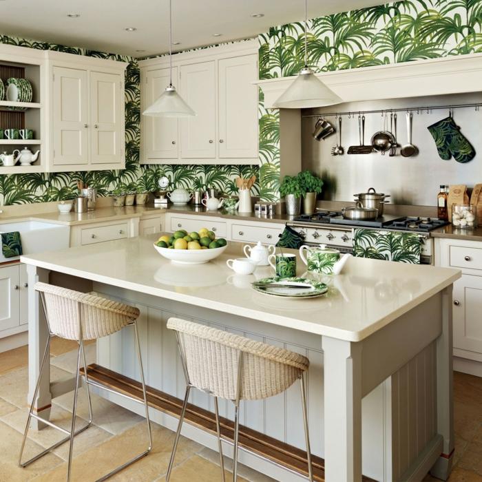 große Küche l Form mit Insel, Tapete Esszimmer und Geschirr mit tropischen Mustern, weiße Möbel
