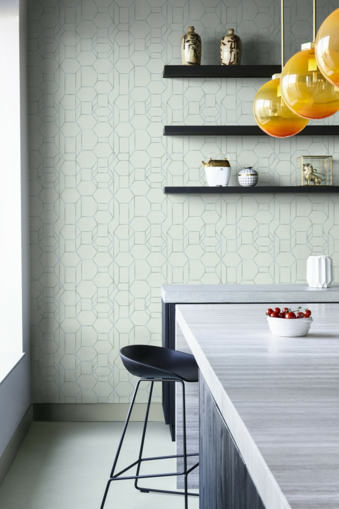 schlichte und minimalistische Inneneinrichtung in graue Töne, gelbe Lampen, offene Regale, abwaschbare Tapete Küche