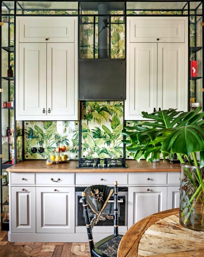 große weiße Schränke, grüne Blätter in Vase, Wandgestaltung Küche Beispiele, Tapten mit tropischen Mustern