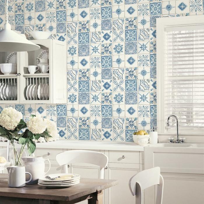 Minimalistische Einrichtung mit weißen Möbeln, blaue Küchen Tapeten Ideen mit Fliesen Effekt, Tisch aus Holz