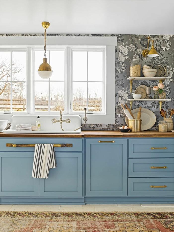 Küche Wandgestaltung mit floralen Tapeten, im Landhausstil mit blauen Möbeln mit goldenen Henkeln und Fenster,