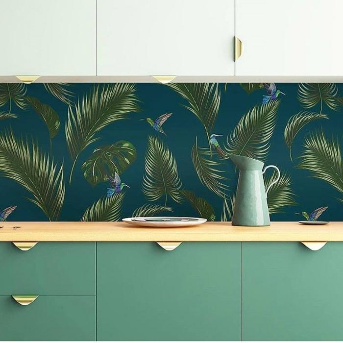 tropische Muster blaue Küchentapete mit grünen Blättern, elegante Küchenschränke,