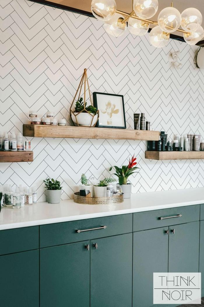 weiße Küchentapete mit Fliesen Effekt, drei offene Regale aus Holz, grüne Küchenschränke