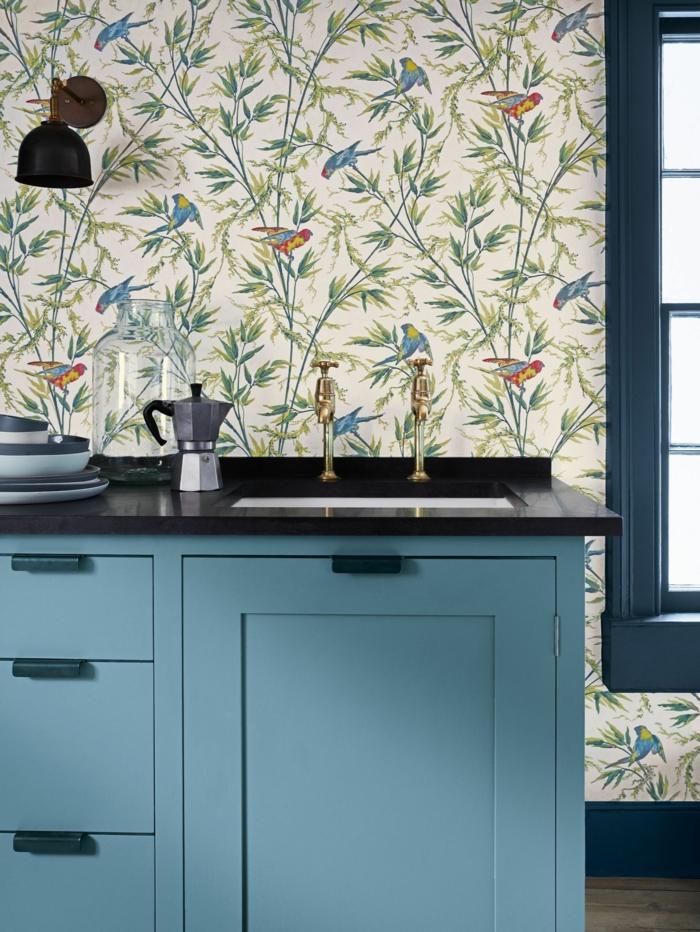 modernes Interior Design, blaue elegante Küchenschränke, abwaschbare Tapete Küche mit floralen Motiven
