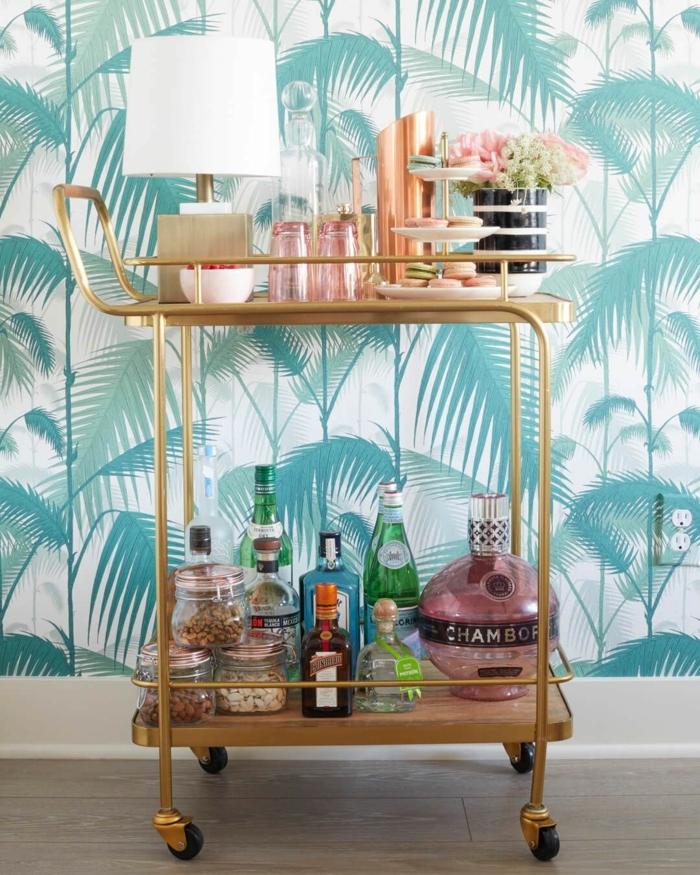 kleiner Barwagen mit Flaschen und Süßigkeiten, Küchenwände gestalten, blaue Tapeten mit tropischen Mustern