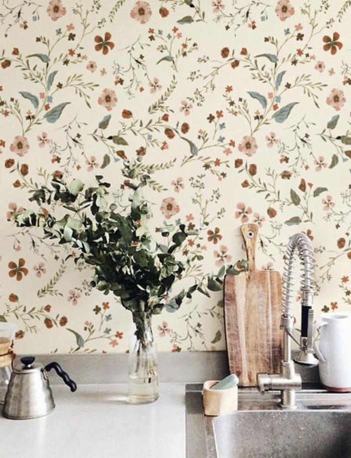 Welche Tapete passt in die Küche, Küchentapete mit Blumenmuster, Schneidebrett aus Holz, kleine Vase mit Blumen