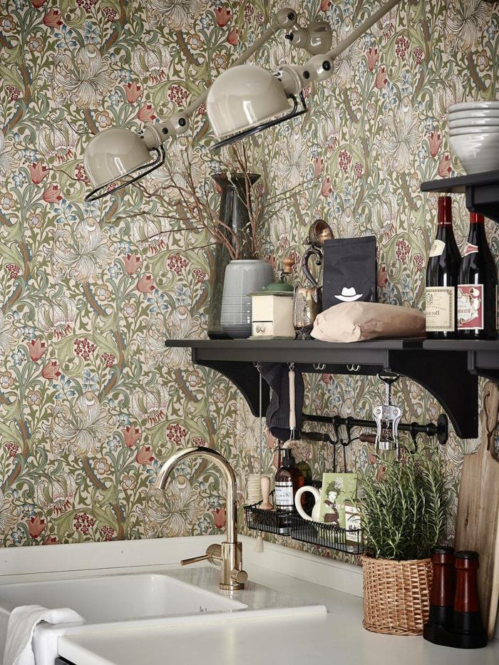 Welche Tapete passt in die Küche, Wandgestaltung mit floralem Muster, kleine grüne Pflanze,