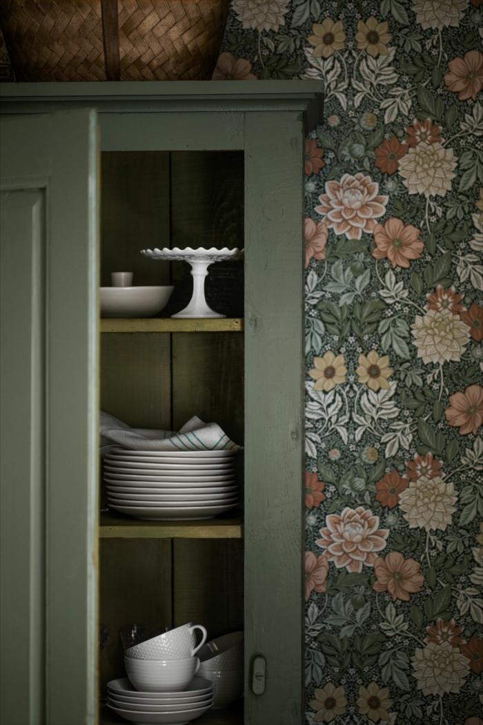 offener grüner Schrank mit weißen Tellern und Tassen, Tapeten für Küche mit floralen Motiven