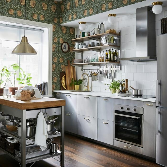 kleine Ikea Küche mit Insel, Tapeten für Küche grün mit Blumen, drei Regale mit Geschirr