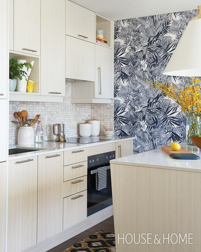 blaue Tapeten für die Küche mit tropischen Motiven, gelbe Blumen, Küchenschränke in beiger Farbe