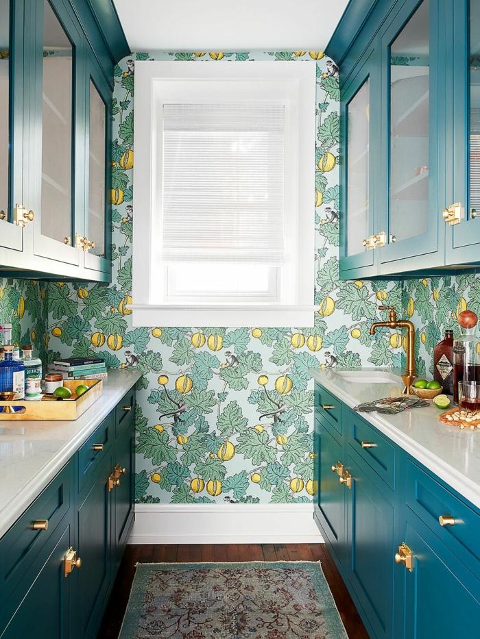 sehr kleine Küche mit Fenster und blau-grünen Schränken, grüne Küchentapeten ganz aktuell mit Zitronen