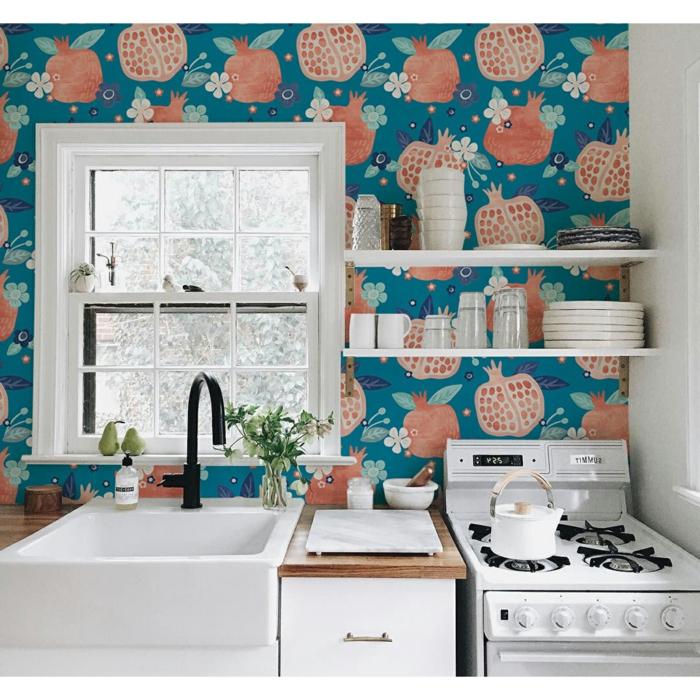 kleine Küche mit Fenster einrichten, Tapete Küche Landhaus blau mit Granatapfeln, weiße Küchenmöbel