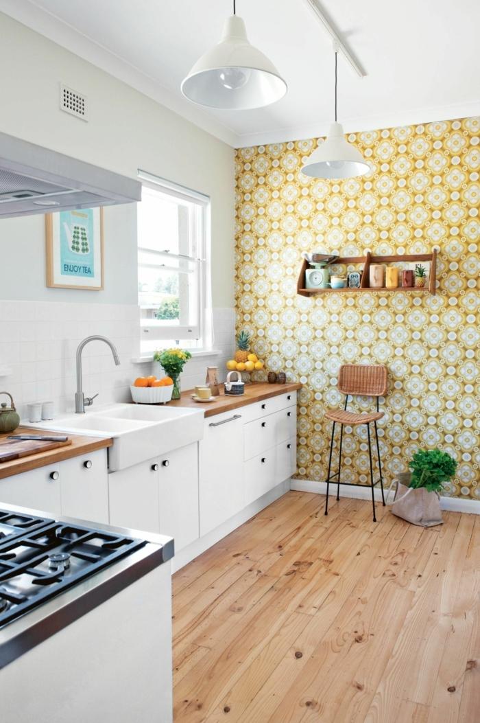 Küche l Form mit Fenster, abwaschbare Tapete mit geometrischem Muster, weiße Schränke mit Theke aus Holz