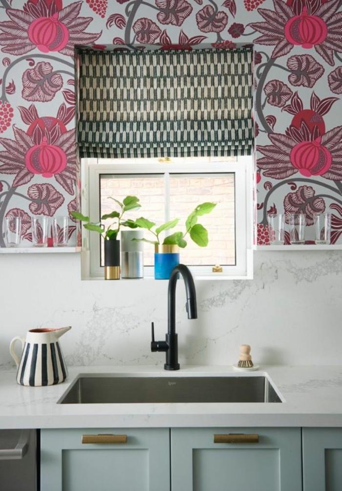kleine Küche mit winzigem Fenster, elegante blau Küchen Tapeten mit roten Blumen, weiße Kanne mit schwarzen Streifen