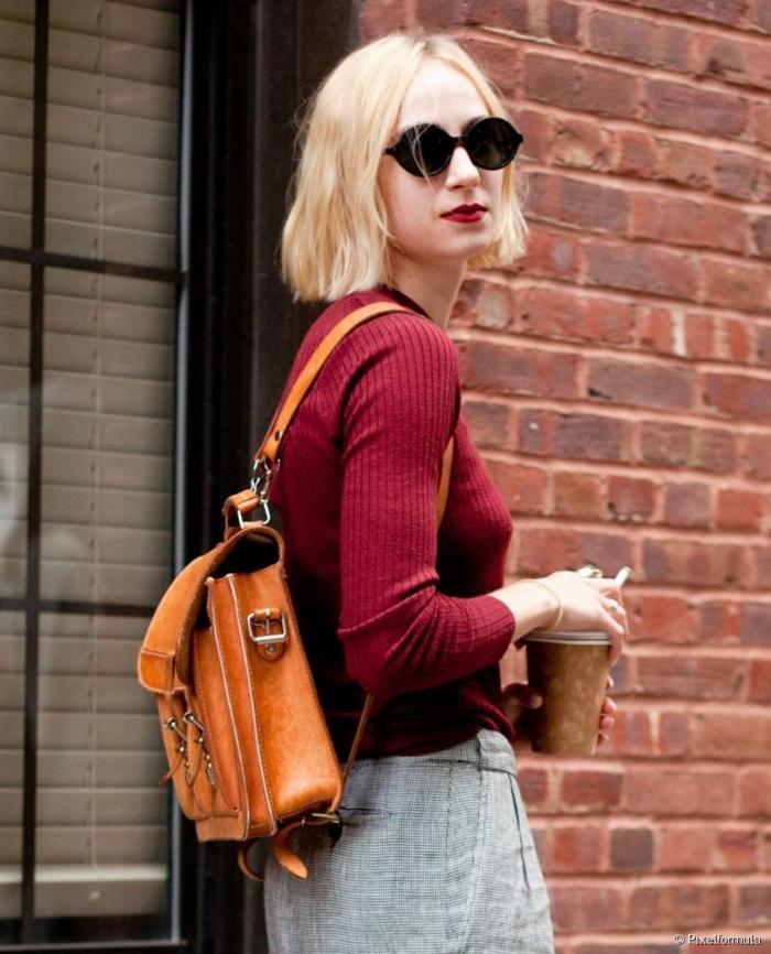 brauner Rucksack, casual Outfit, rote Bluse und grauer Rock, Bob Frisuren Damen mittellang