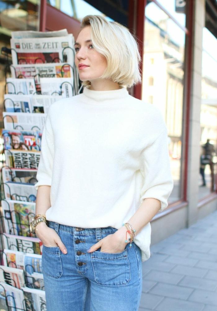 weißer Pullover und Jeans Outfit, casual Style Inspiration, Frisuren Bob kurz, hellblonde Haare,