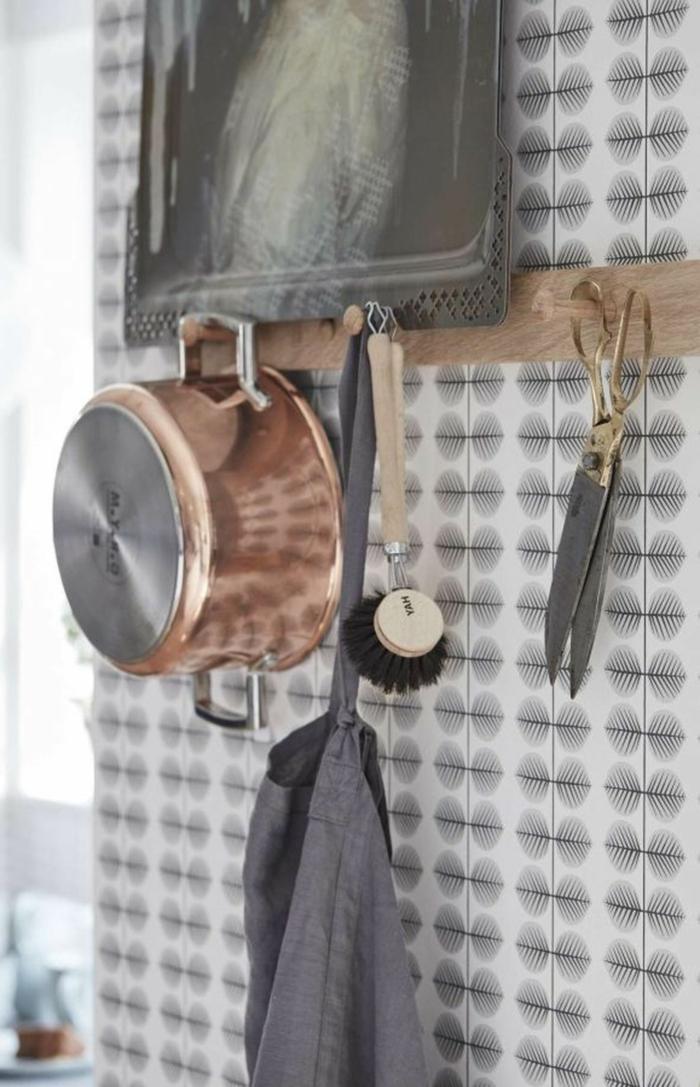Topf aus Kupfer aufgehängt an die Wand, andere Küchenutensilien, Wandgestaltung Küche mit Tapeten