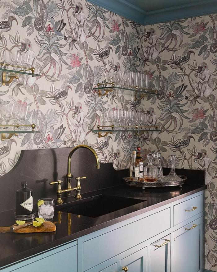 Küche Inneneinrichtung im Landhausstil, blaue Schränke mit schwarzer Theke, offene Regale mit vielen Tassen, Tapeten für die Küche mit tropischen Motiven