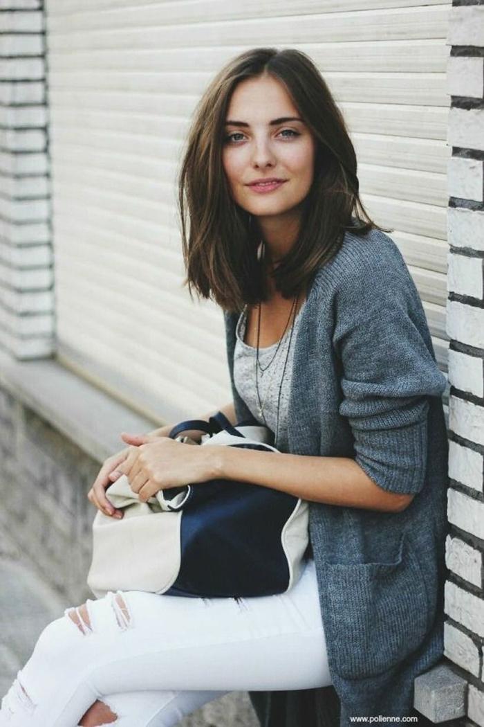 casual outfit inspiration, weiße Jeans und grauer Cardigan, Frau mit braunen Haaren, Frisuren Damen Mittellang