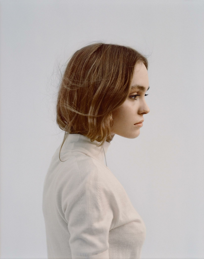 Foto von Lily-Rose Depp im weißen Rollkragen, dunkelblonde Haare, trendfrisuren 2020 Dame, Bob Frisuren