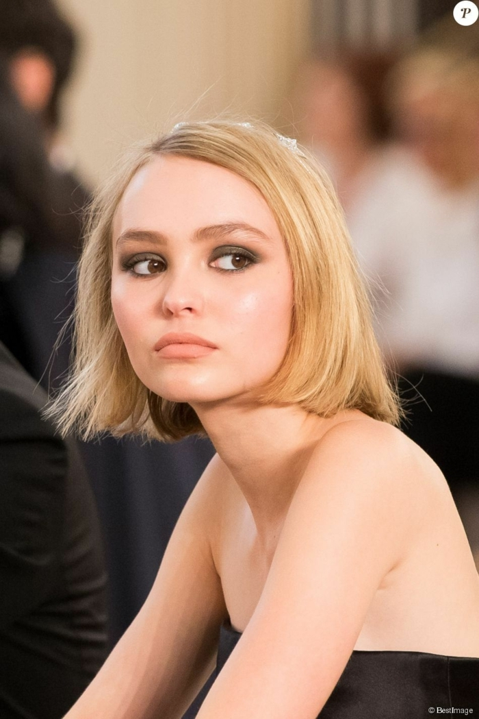 Fashion Week, Lily-Rose Depp im schwarzen Kleid, blondes Haar, Bob Frisuren 2020 mittellang,
