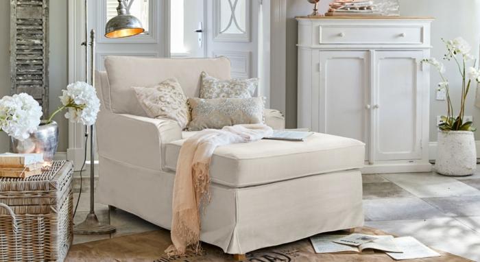 Minimalistische Inneneinrichtung mit Landhaussessel, neutrale Farbgestaltung, landhausstil sessel, loberon möbel