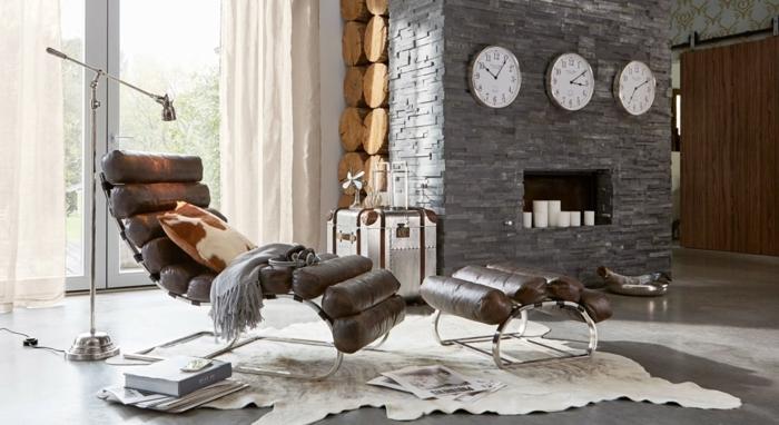 Landhaussessel aus dunkelbraunem Leder, drei große Uhren an die Wand, loberon de, sessel landhausstil modern